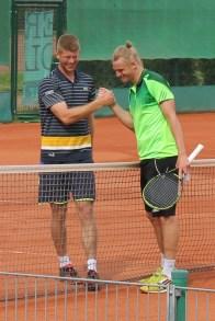 Der Finanlist Robin Lang (links im Bild) gratuliert Robin Kern, dem Turniersieger des Griesheimer Frühlings-Cups