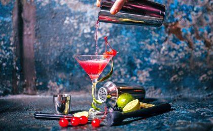 Selbst kreativ werden und neue Rezepturen ausprobieren: Schon mit einer überschaubaren Basisausstattung lassen sich Cocktailklassiker wie der Cosmopolitan selbst zubereiten.