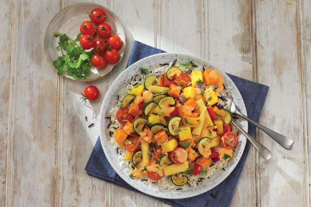 An heißen Tagen sind leichte Genüsse gefragt. Dieser Salat aus Wildreis, gegrilltem Gemüse und Ananas bringt Abwechslung in den Speiseplan.