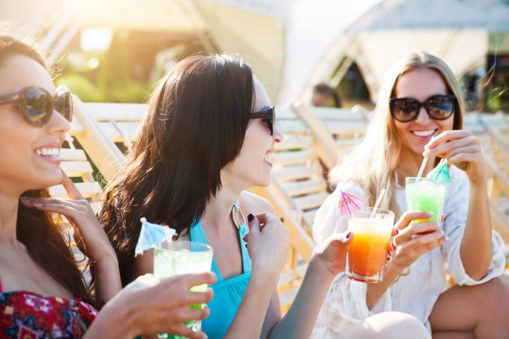 """Die besten Freundinnen unter sich: Eine Sommerparty oder ein Mädelsabend nur für """"Sie"""" wird mit der passenden Musik und kühlen, selbstgemixten Getränken garantiert zum Erfolg."""