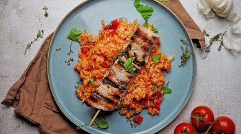 Rezepttipp Zart marinierter Griechenspieß mit Tomaten-Paprika-Reis