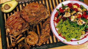 Rucola-Avocado-Salat mit ErbsPü und Grillfleisch