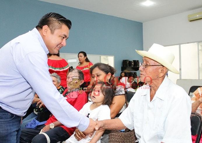 Freddy Ruz entrega sillas de ruedas a gente de las colonias y comisarías de Umán