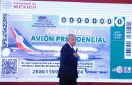 Ya no es broma: AMLO presenta el cachito para la rifa del avión presidencial