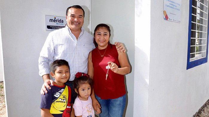Vecinos de Caucel reciben acciones de vivienda y la ampliación de las redes de luz y agua potable
