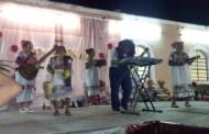 El club del adulto mayor ameniza un festival, en la comisaría de Tanyá