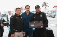 Julián Zacarías entrega uniformes nuevos a agentes de la Policía de Progreso