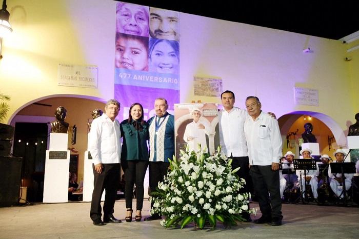 """El cantante y compositor Raúl Arjona Perera recibe la medalla """"Guty Cárdenas"""""""
