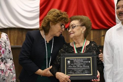 La maestra María Mendoza gana el reconocimiento