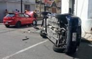 Se vuela dos altos y lo choca un Chevy que vuelca, en el Centro Histórico: no hubo heridos