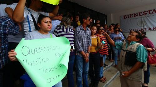 Maestros de estancias infantiles exigen su pago atrasado afuera de la Secretaría de Bienestar