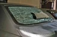 Dos jóvenes drogados apedrean un auto, en Hunucmá: los detienen