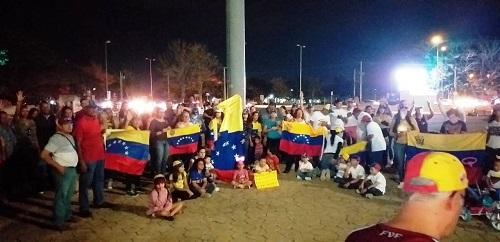 Venezolanos que viven en Mérida protestan contra Nicolás Maduro, en Galerías