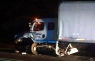 Queda prensado en su auto, luego de chocar contra un trailer, en la carretera Peto-Mérida