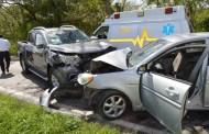 Invade el carril contrario y choca de frente contra una camioneta: hay dos heridos