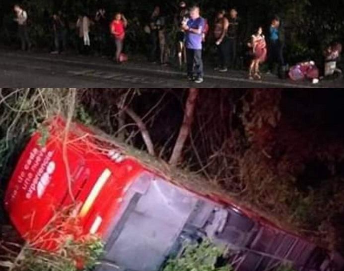 Un ADO choca contra una camioneta y vuelca cerca de Xcan: Hay 11 heridos