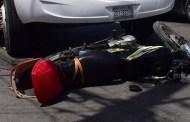 Se vuela un alto y atropella a un motociclista que se lesionó, en el Centro de Mérida