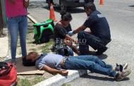 Atropella a un par de motociclistas y se encierra en su auto, con clima, porque había calor