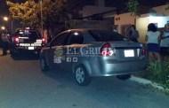 Policía choca un auto estacionado y despierta a la dueña para avisarle, en Ciudad Caucel