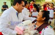 Jesús Vidal entrega hilos a urdidoras de hamacas de Yaxcabá y sus comisarías