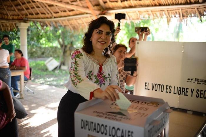 Ivonne Ortega vota en Dzemul, Yucatán