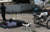 Se vuela un alto y choca a un motociclista, en la Colonia México