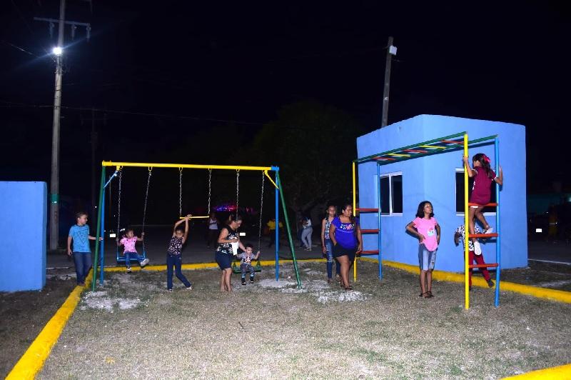 Familias de Flamboyanes estrenan un parque