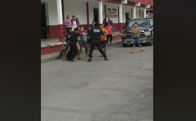 Golpes y mentadas de madre, en el mercado municipal de Motul (VÍDEO)