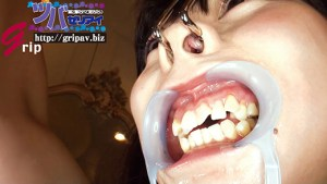 色々なプレイで大量唾液を垂れ流し!!鼻フック&開口器で口腔デストロイ遊び/望月まお
