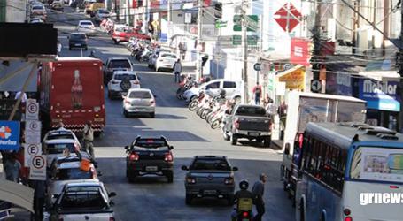 Celular e volante continuam rendendo multas em MG e diretor de autoescola alerta motoristas