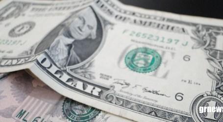 Dólar fecha estável, mas acumula alta na semana