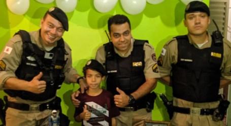 Militares de São José da Varginha e Pará de Minas festejam aniversários de garota e de menino que são fãs da PM