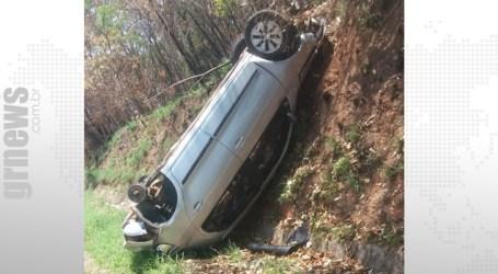 Carro capota na rodovia de acesso a Leandro Ferreira mata uma jovem e deixa outras vítimas feridas