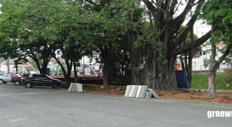 Motoristas fretistas revoltados com proibição de estacionamento exclusivo perto da Ponte Grande; promotor diz que cumpriu a lei