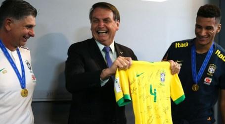 Jair Bolsonaro almoça com seleção do Brasil sub-17, tetracampeã de futebol
