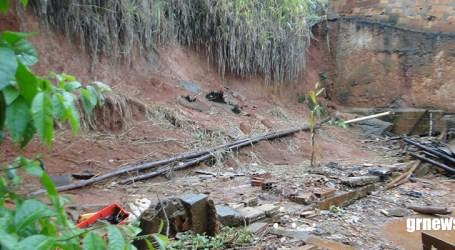Moradores temem deslizamento de barranco em residência no Padre Libério e Corpo de Bombeiros vistoria área