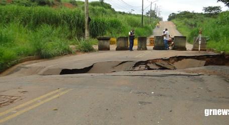 Chuvas intensas causam estragos em Pará de Minas e rua no Senador Valadares cede