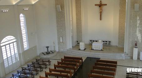 Bispo pede que católicos continuem rezando em casa e classifica mudança no decreto como irresponsável e amadora