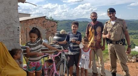 PM entrega cestas básicas a famílias do Walter Martins e doa bicicleta a crianças do Grão Pará
