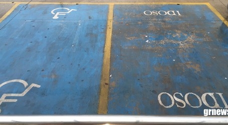 Idosos e pessoas com deficiência tem direito a credencial para estacionar em vagas especiais; saiba como conseguir