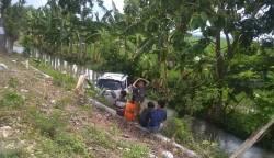 Berpapasan di Jalan Sempit, Toyota Rush Terjun ke Saluran Irigasi