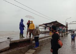 Dihantam Ombak Besar, Tanggul Pantai Sari Ambrol, Pemukiman Warga Tergenang Air Laut