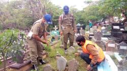 Langgar Protokol Kesehatan, 13 Orang Terjaring Razia Diganjar Sanksi Bersihkan Makam