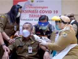 Sudah Dipegangi Istri Saat Vaksinasi Covid-19, Sekda Sragen Masih Ketakutan dan Sempat Menolak Disuntik!
