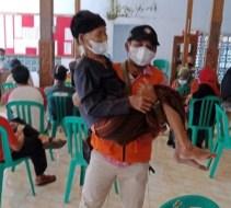 144 Lansia di Tanon Sragen Antusias Ikuti Vaksinasi Covid-19, Bahkan Ada yang Sampai Dibopong Satgas
