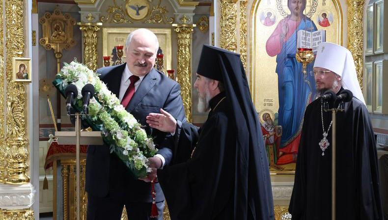 Александр Лукашенко передал в дар церкви воссозданную святыню - напрестольный Туровский крест