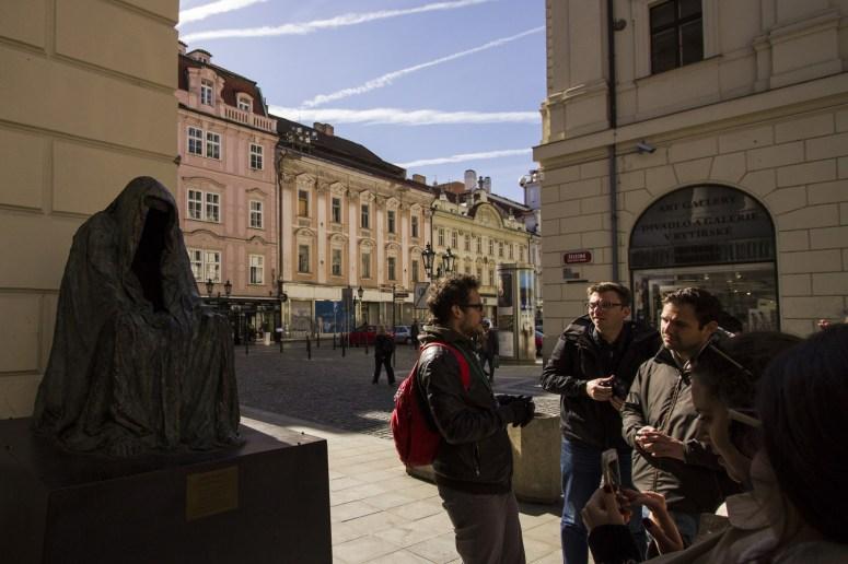 Standbeeld van Don Giovanni naast het theater in Praag tijden een free walking tour met Good Prague Tours.