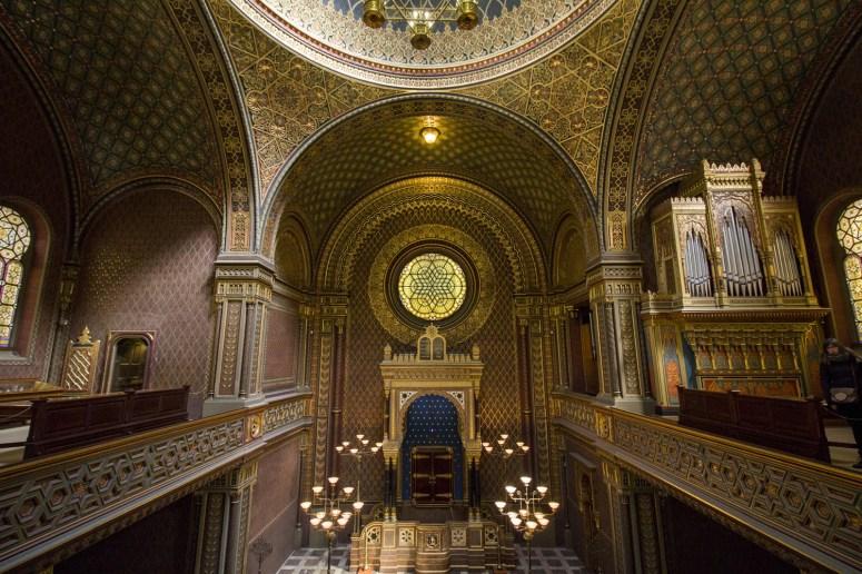 Het interieur van de Spaanse Synagoge Praag vanaf het balkon: met veel gouden versiering op de muren.