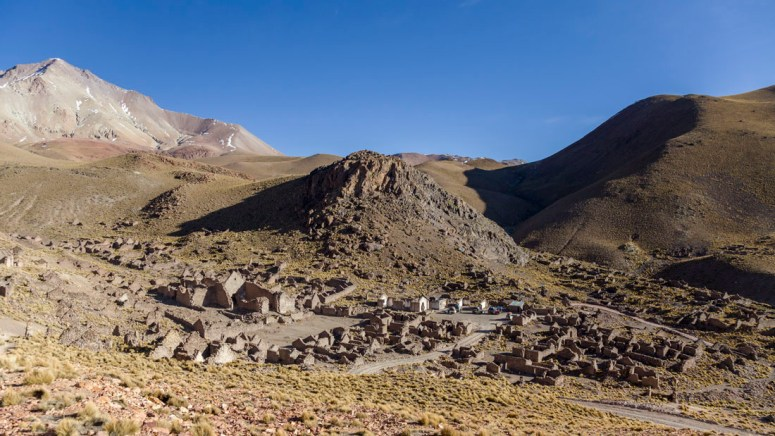 Het uitgestorven dorp Pueblo Fantasmo tijdens de jeeptour naar Salar de Uyuni.