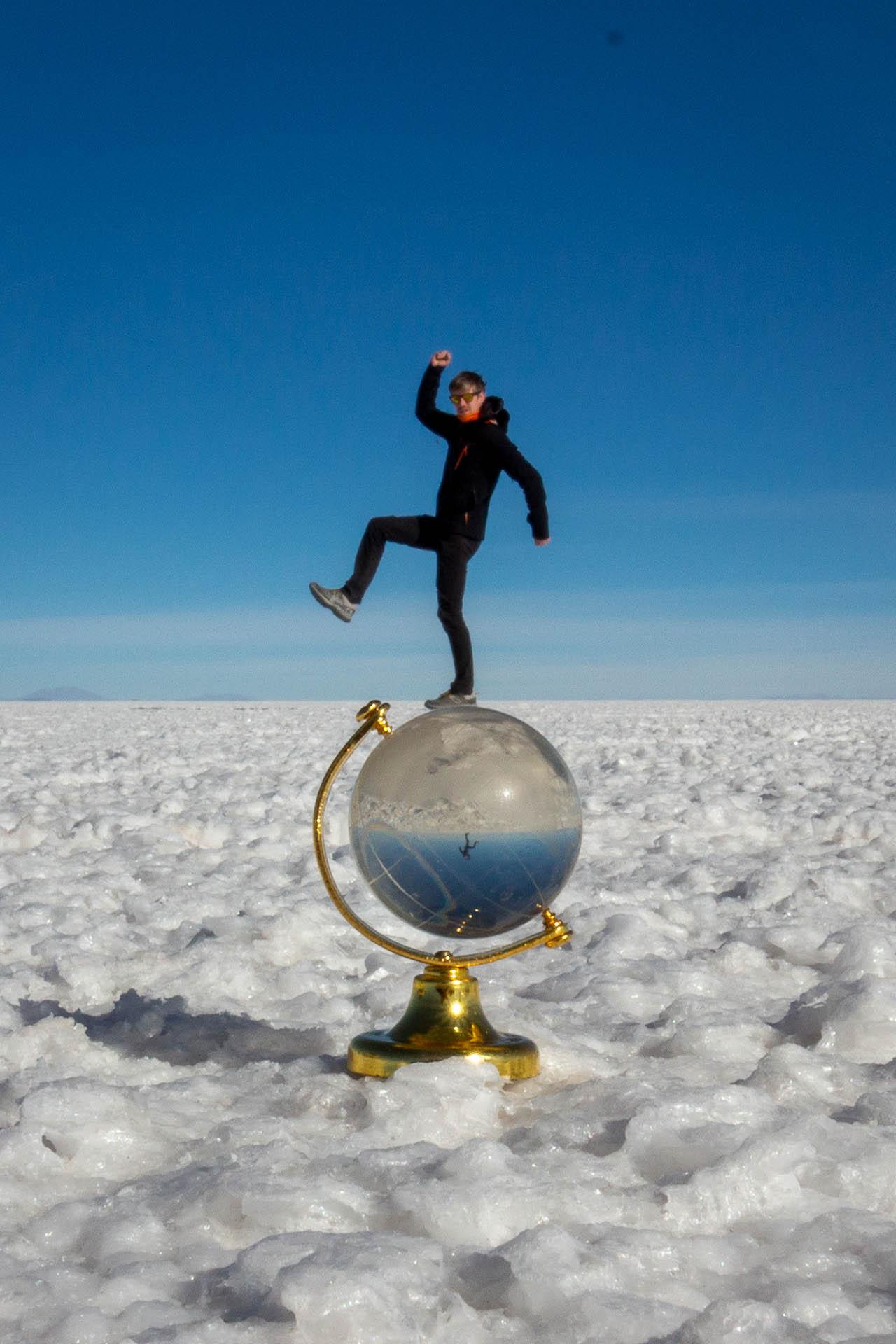Hugo op een wereldbol met perspectief op Salar de Uyuni